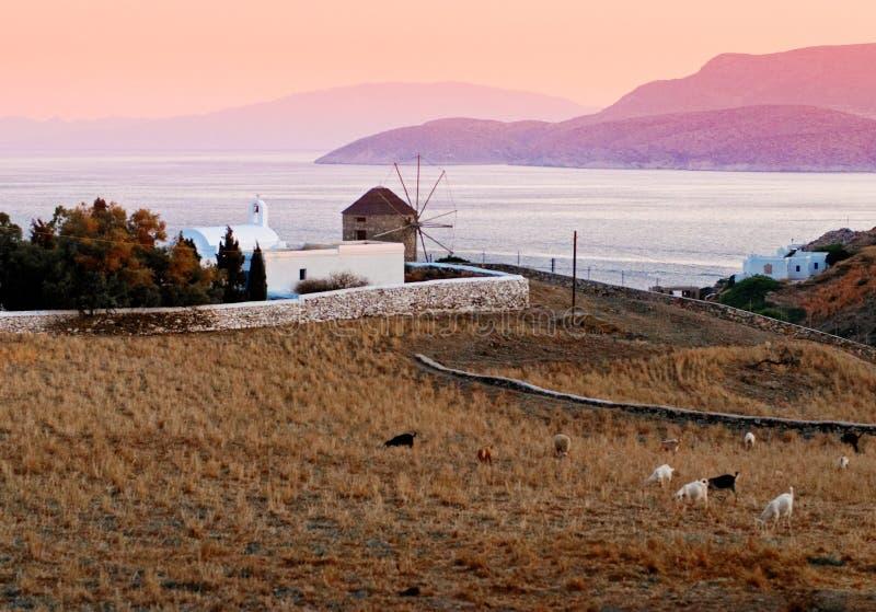 Coucher du soleil au-dessus de l'île grecque photos libres de droits