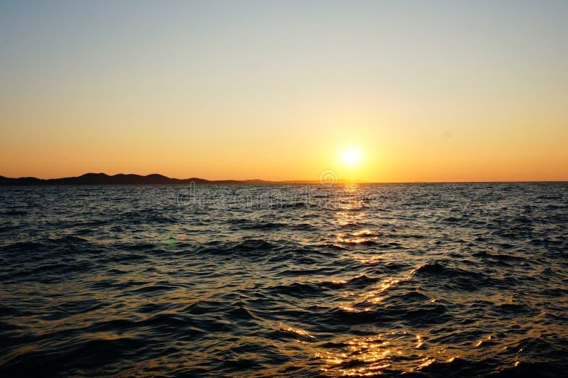 Download Coucher Du Soleil Au-dessus De L'eau Image stock - Image du ressource, scénique: 76079747
