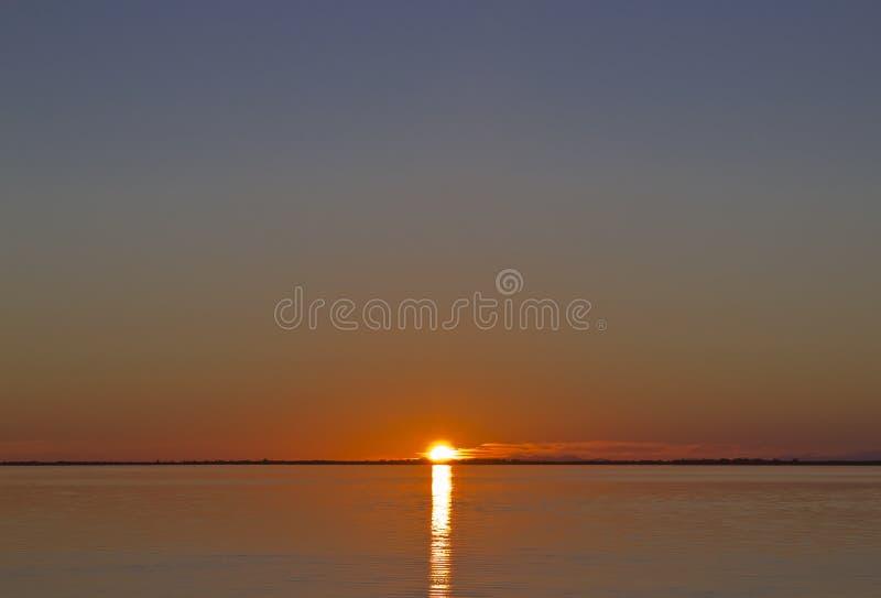 Coucher du soleil au-dessus de l'eau photographie stock libre de droits