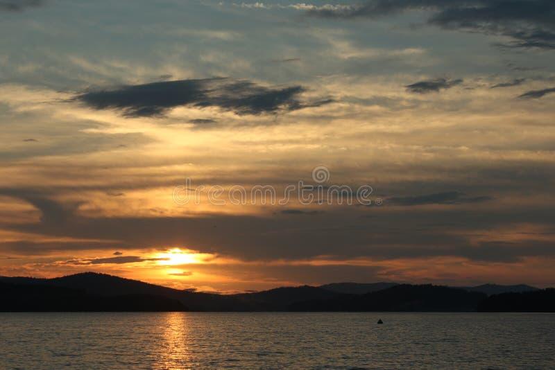 Coucher du soleil au-dessus de l'eau, photos libres de droits