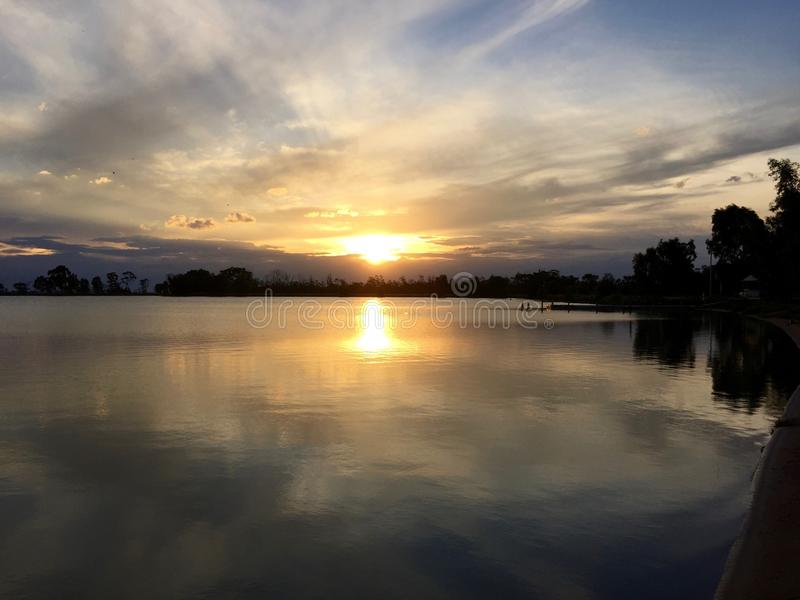 Coucher du soleil au-dessus de l'eau - tempête en suspens images stock