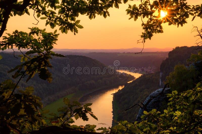 Coucher du soleil au-dessus de l'Elbe du pont de Bastei photographie stock libre de droits