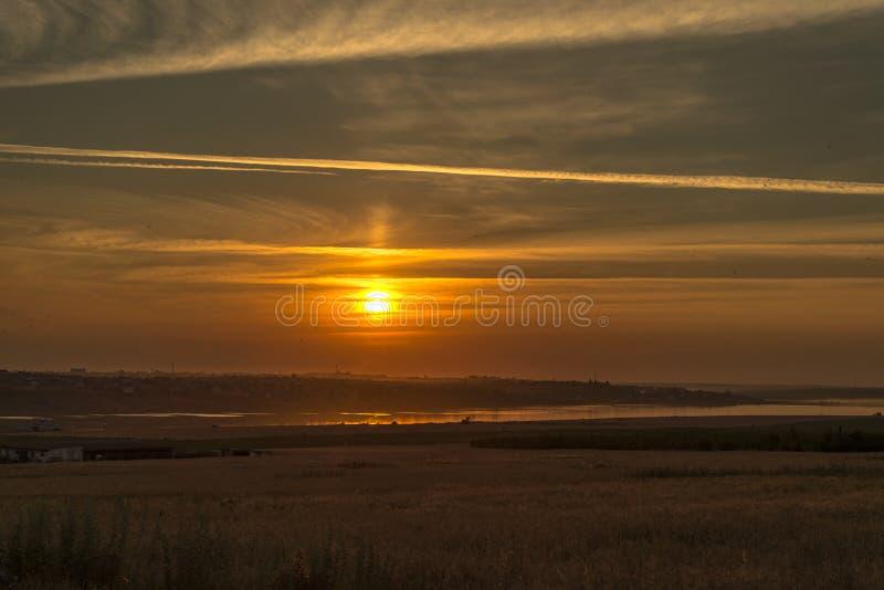 Coucher du soleil au-dessus de l'estuaire photographie stock libre de droits