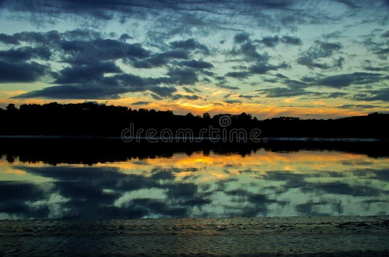 Coucher du soleil au-dessus de l'estuaire solway images libres de droits