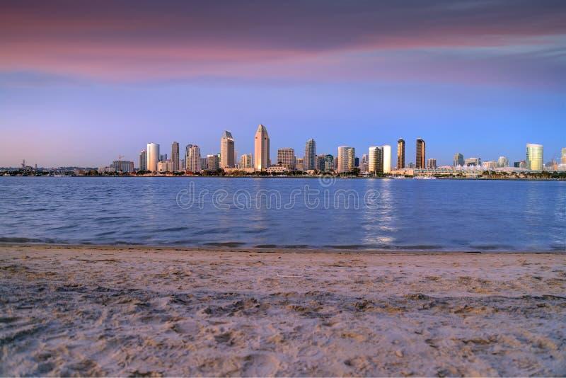 Coucher du soleil au-dessus de l'horizon de San Diego à travers San Diego Bay d'île de Coronado image stock