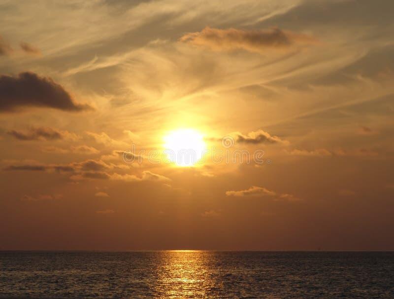 Coucher du soleil au-dessus de l'océan photos stock