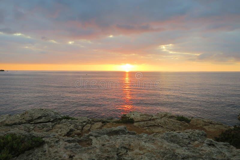 Coucher du soleil au-dessus de l'océan photo libre de droits