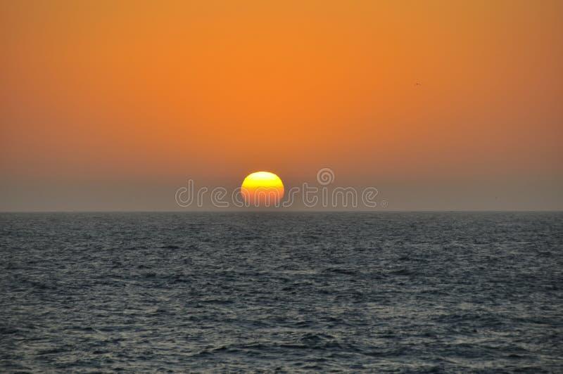 Coucher du soleil au-dessus de l'océan pacifique images libres de droits