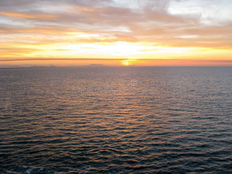 Coucher du soleil au-dessus de l'océan pacifique d'un cruiseliner photo libre de droits