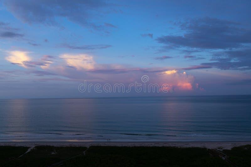 Coucher du soleil au-dessus de l'Oc?an Atlantique image libre de droits