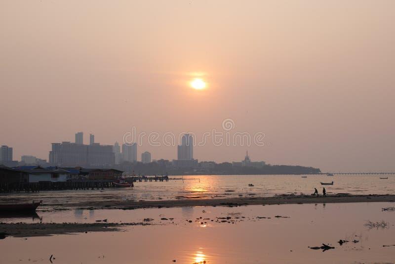Coucher du soleil au-dessus de la baie dans Naklua Thaïlande à marée basse image libre de droits