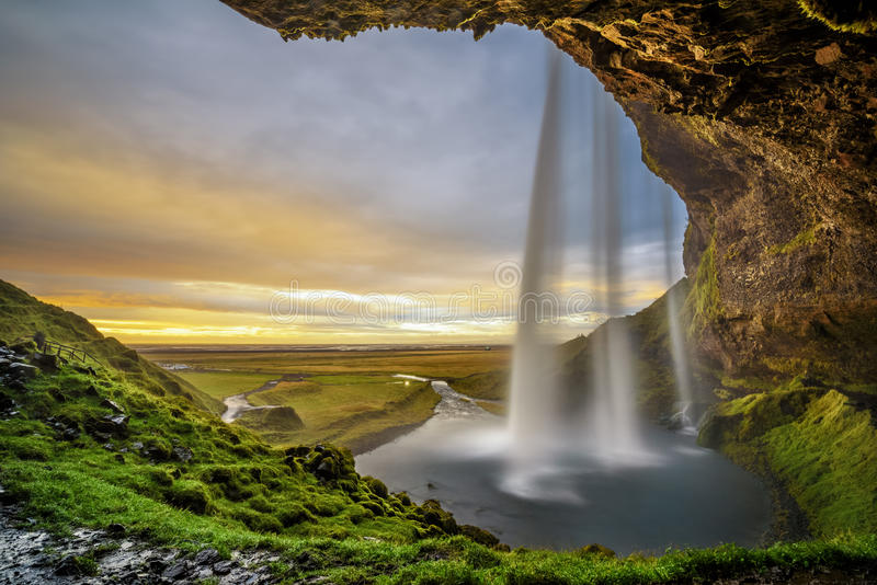 Coucher du soleil au-dessus de la cascade célèbre de Seljalandsfoss en Islande photos libres de droits
