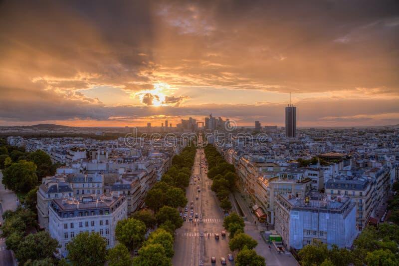 Coucher du soleil au-dessus de la défense de La, Paris photographie stock