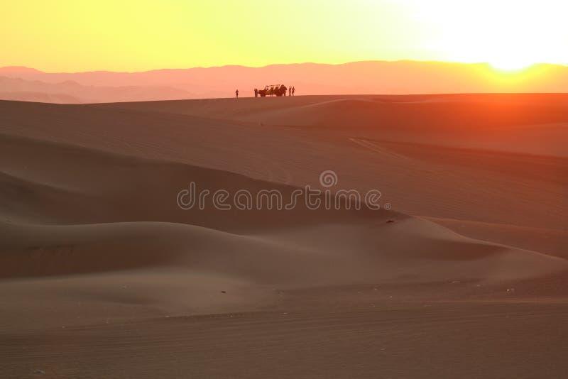 Coucher du soleil au-dessus de la dune de sable du désert de Huacachina avec la silhouette d'ample dunaire et des personnes, AIC, photo stock