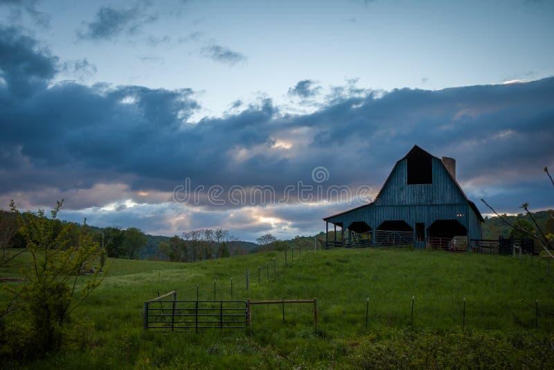 Coucher du soleil au-dessus de la grange images stock