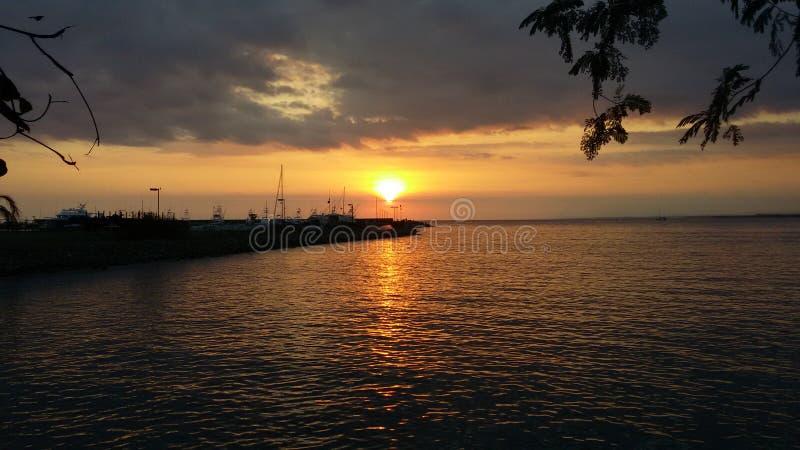 Coucher du soleil au-dessus de la marina image libre de droits