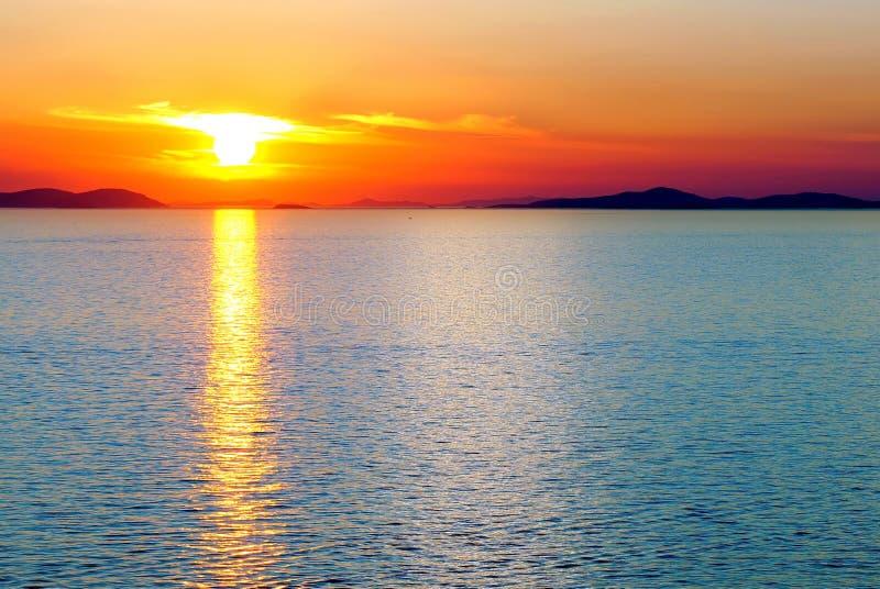 Coucher du soleil au-dessus de la mer. photo stock