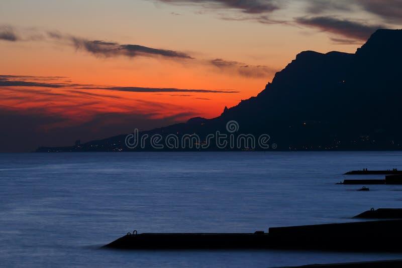 Coucher du soleil au-dessus de la mer. image libre de droits