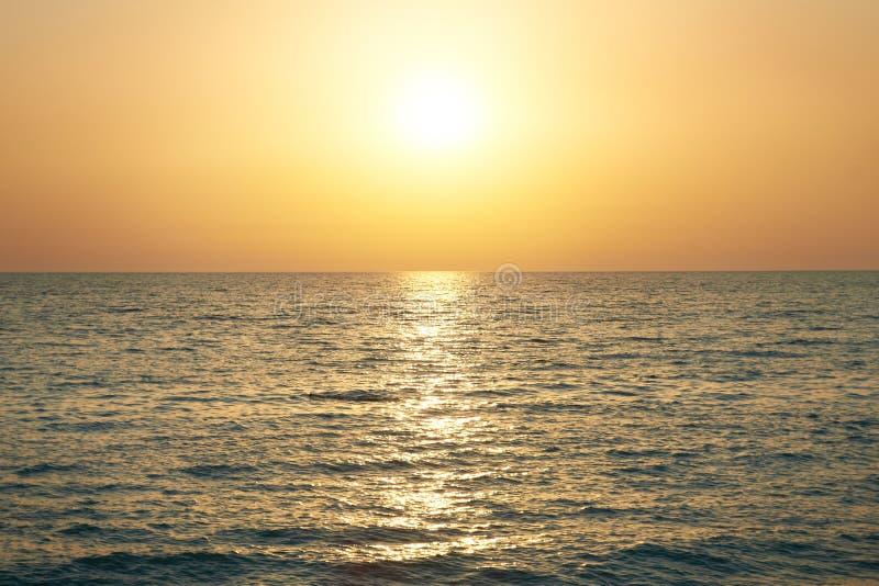 Coucher du soleil au-dessus de la mer images libres de droits