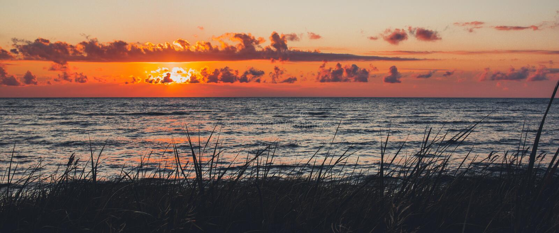 Coucher du soleil au-dessus de la mer photo stock