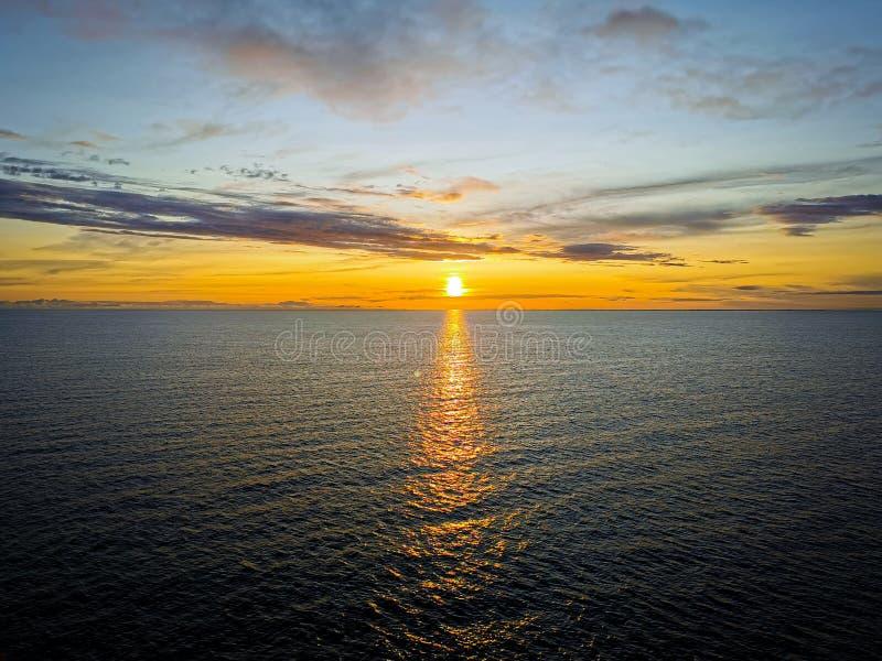Coucher du soleil au-dessus de la mer baltique image libre de droits