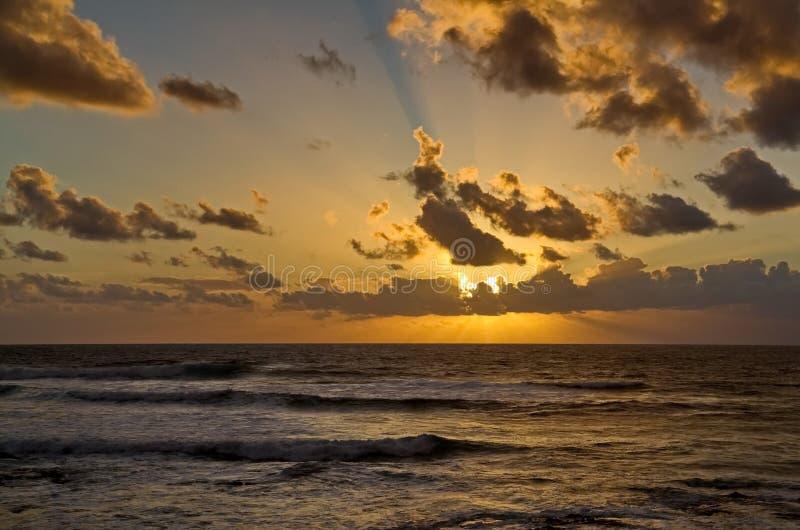 Coucher du soleil au-dessus de la mer Coucher du soleil de beauté La mer sur un fond de coucher du soleil Été, égalisant des vagu photo libre de droits