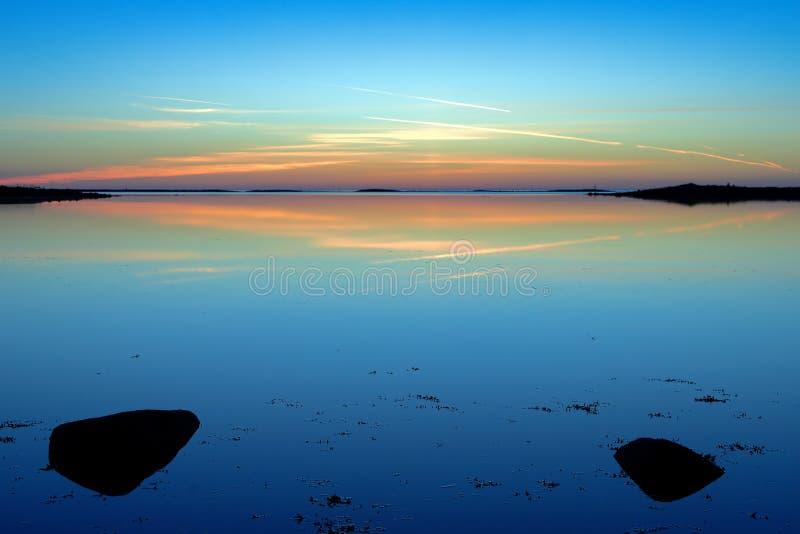 Coucher du soleil au-dessus de la mer blanche sur l'île de Bolshoy Solovetsky images libres de droits