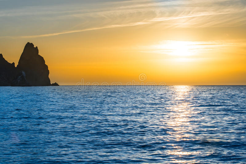 Coucher du soleil au-dessus de la mer bleue photos libres de droits