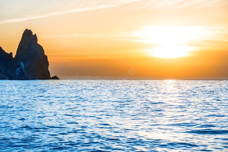 Coucher du soleil au-dessus de la mer bleue image libre de droits