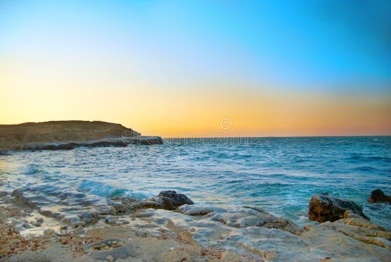 Coucher du soleil au-dessus de la mer de l'hiver photographie stock