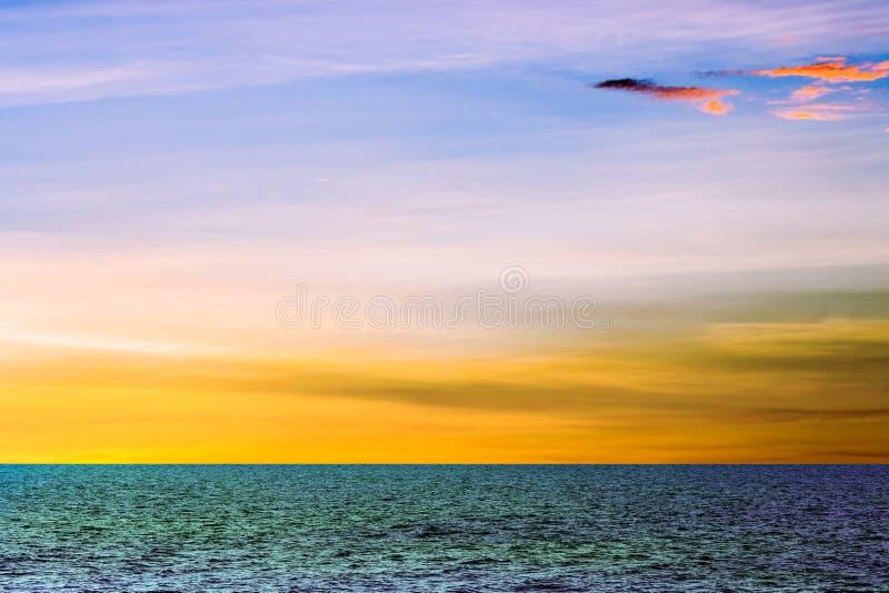 Coucher du soleil au-dessus de la mer photos libres de droits