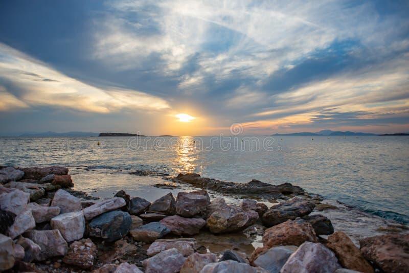 Coucher du soleil au-dessus de la mer en Grèce image stock