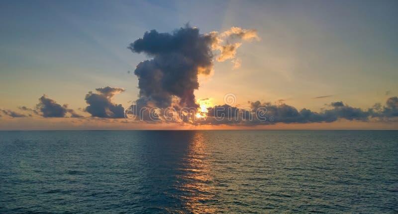 Coucher du soleil au-dessus de la mer et du beau cloudscape photos stock