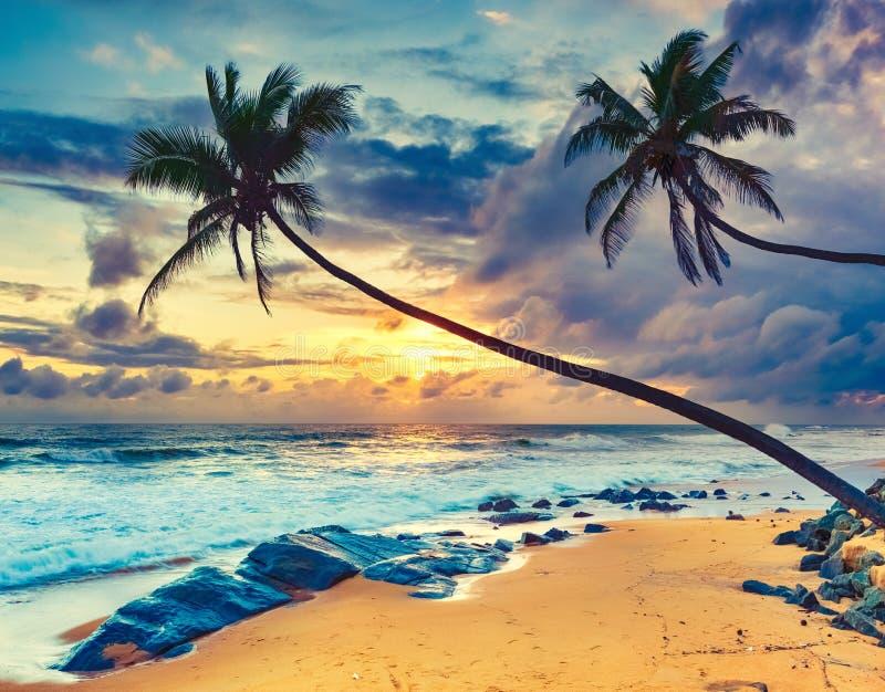 Coucher du soleil au-dessus de la mer Horizontal étonnant image stock