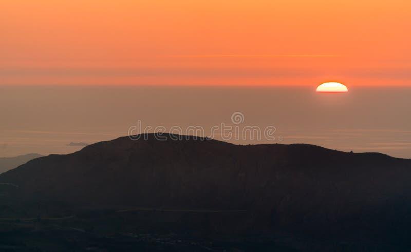 Coucher du soleil au-dessus de la mer Méditerranée à Oran, Algérie photographie stock libre de droits