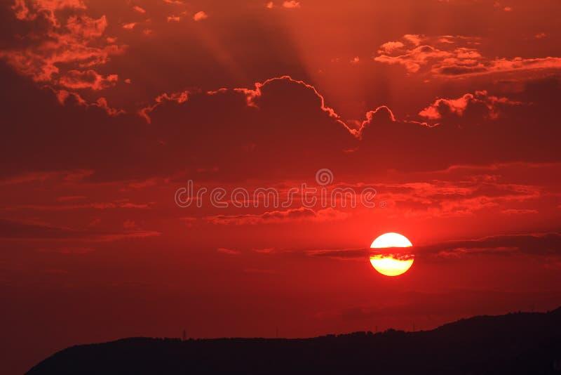 Coucher du soleil au-dessus de la mer Méditerranée image libre de droits