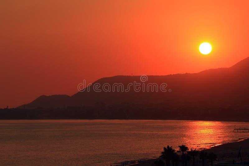 Coucher du soleil au-dessus de la mer Méditerranée photographie stock libre de droits
