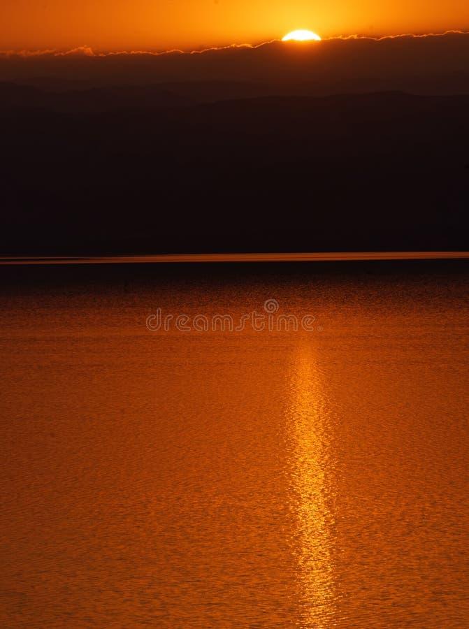 Coucher du soleil au-dessus de la mer morte, vue du rivage jordanien aux montagnes israéliennes photos stock