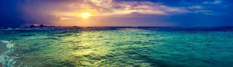 Coucher du soleil au-dessus de la mer Panorama étonnant de paysage photo libre de droits