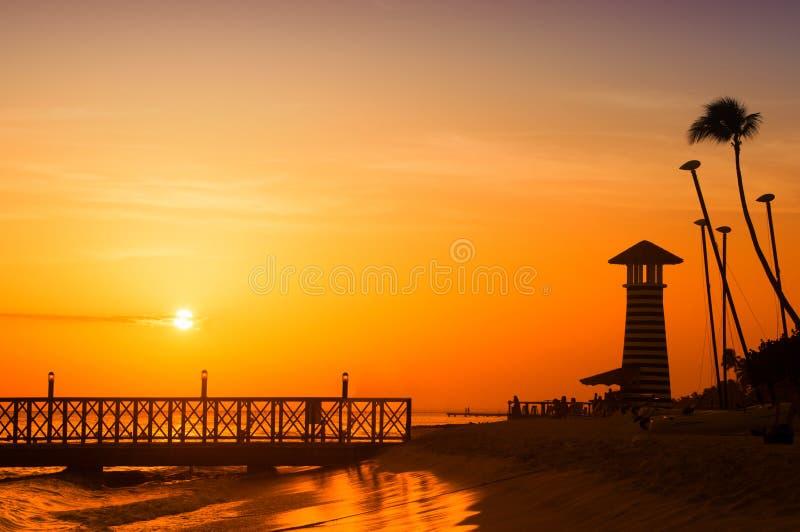 Coucher du soleil au-dessus de la mer Pilier sur le premier plan Panorama photographie stock