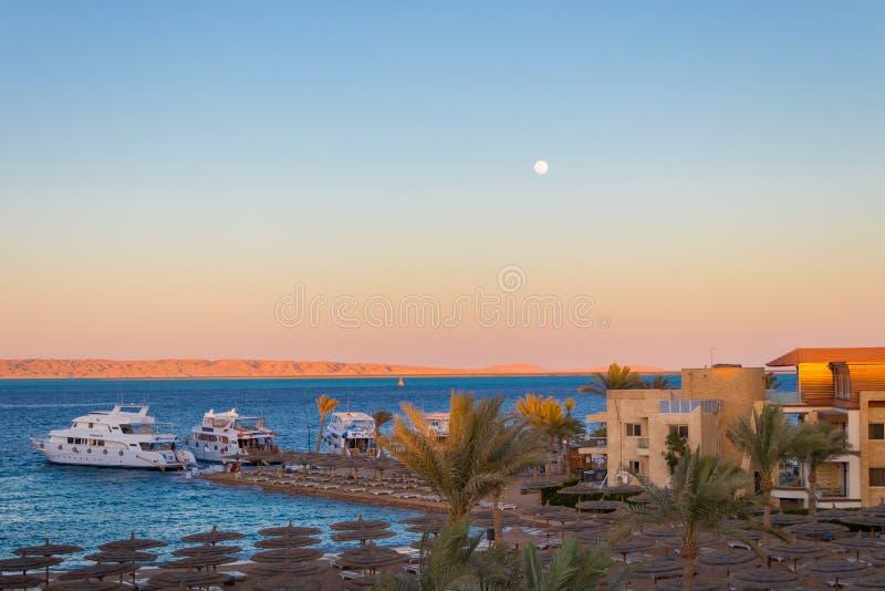 Coucher du soleil au-dessus de la Mer Rouge dans Hurghada, Egypte photo stock