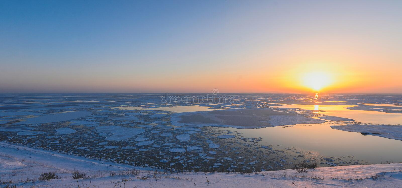 Coucher du soleil au-dessus de la mer sur l'île de Sakhaline image libre de droits