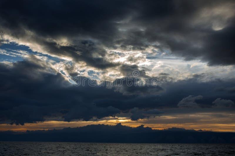 Coucher du soleil au-dessus de la mer thunderclouds photographie stock libre de droits