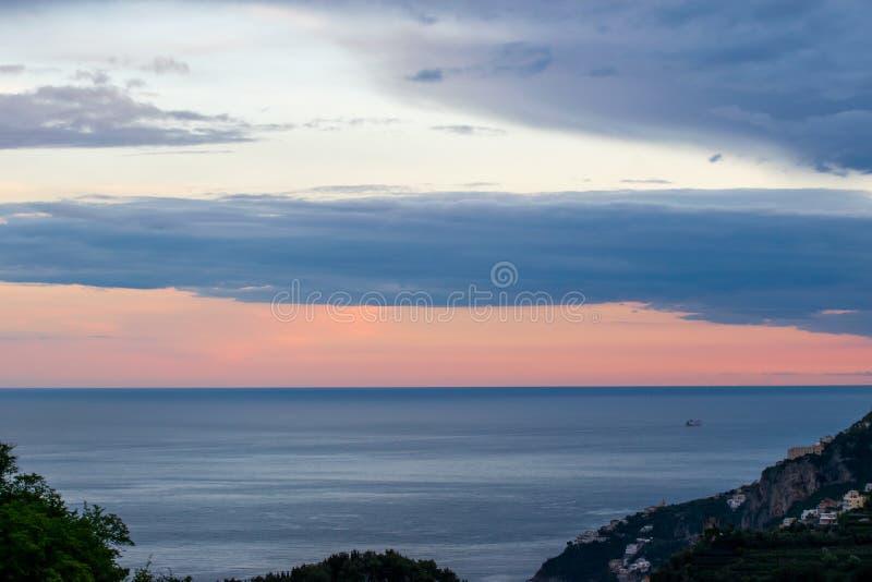 """Coucher du soleil au-dessus de la mer de Tyrranean, vue de la terrasse du vallon """"Infinito d'infini ou de Terrazza, villa Cimbron photographie stock"""