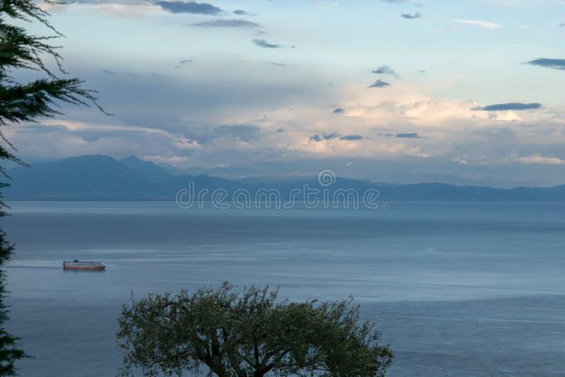 """Coucher du soleil au-dessus de la mer de Tyrranean, vue de la terrasse du vallon """"Infinito d'infini ou de Terrazza, villa Cimbron photos libres de droits"""