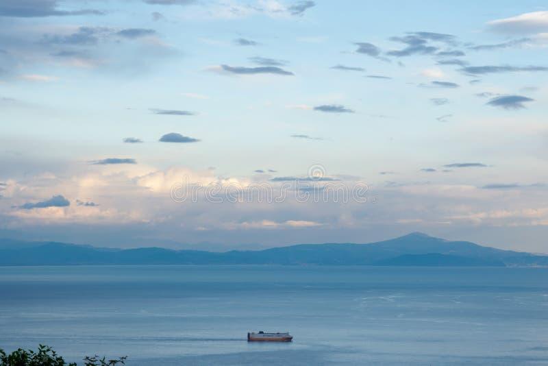 """Coucher du soleil au-dessus de la mer tyrrhénienne, vue de la terrasse du vallon """"Infinito d'infini ou de Terrazza, villa Cimbron photos libres de droits"""