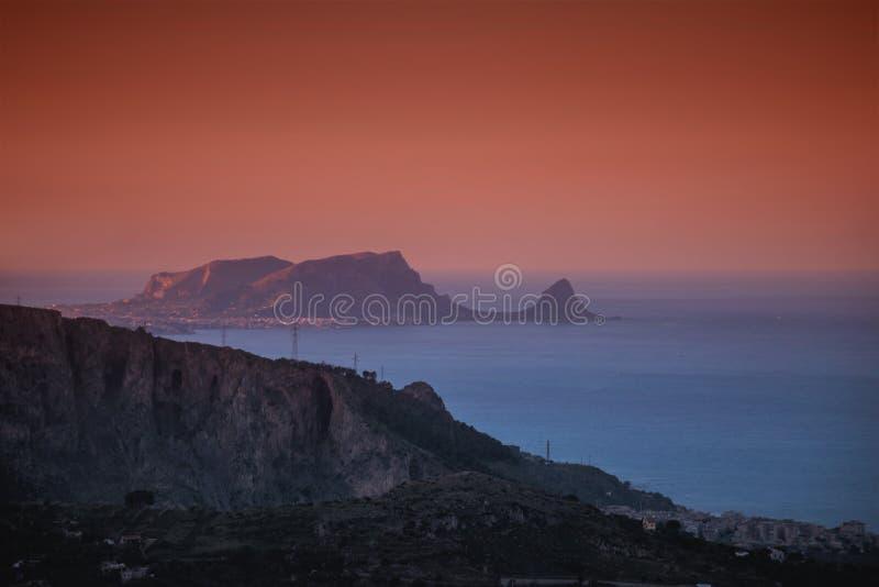Coucher du soleil au-dessus de la mer un jour brumeux images libres de droits