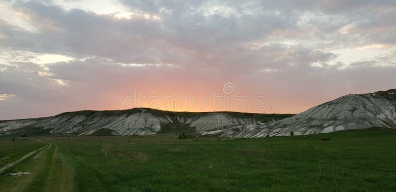 Coucher du soleil au-dessus de la montagne dans la campagne photographie stock libre de droits