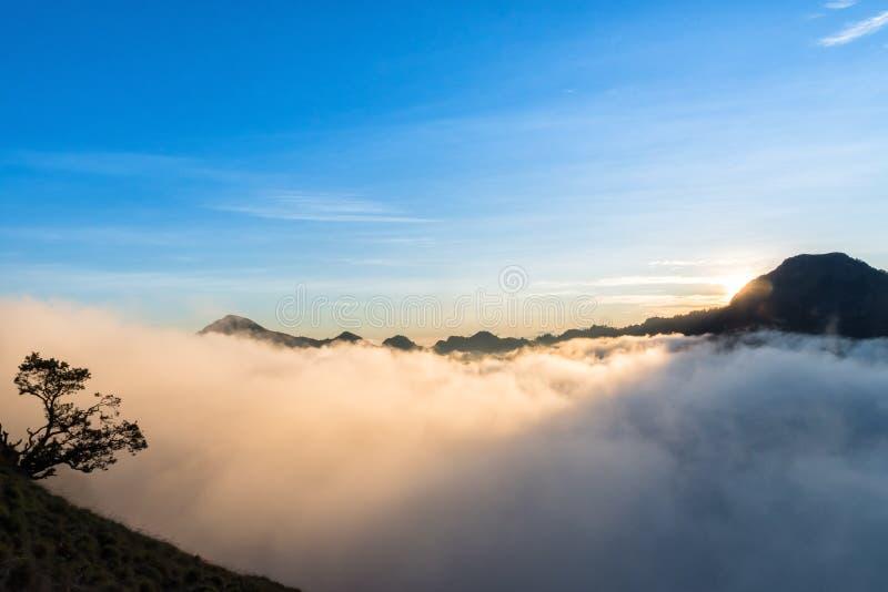 Coucher du soleil au-dessus de la montagne et du nuage au bâti Rinjani, île de Lombok, Indonésie photos stock