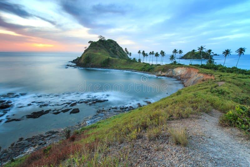 Coucher du soleil au-dessus de la plage de Nacpan, aux Philippines image stock